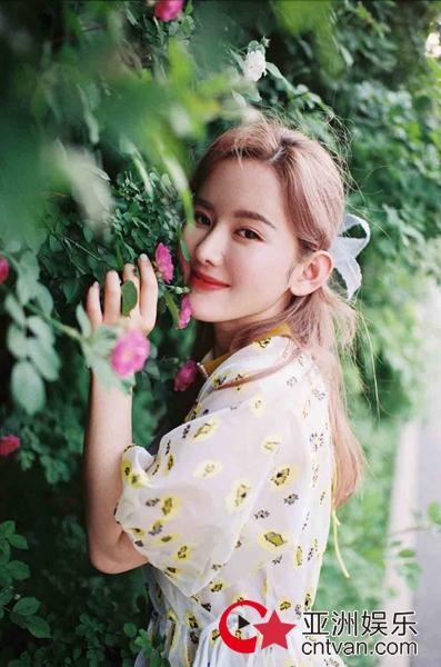杨清初夏元气写真 笑容治愈甜度满分