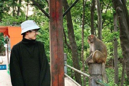 刘昊然和猴子对视 拍新片预计国庆上映!