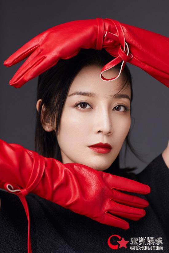 """高晓菲新写真复古与时尚完美结合 演绎""""赤色浪漫"""""""