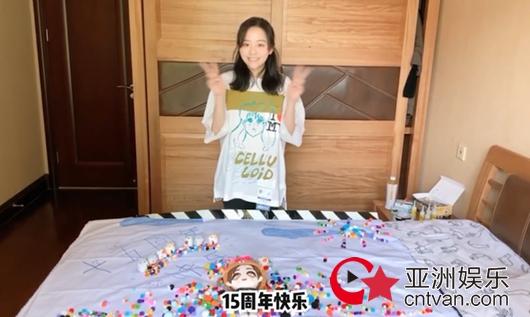 张靓颖做应援手幅 出道15周年感谢粉丝陪伴!