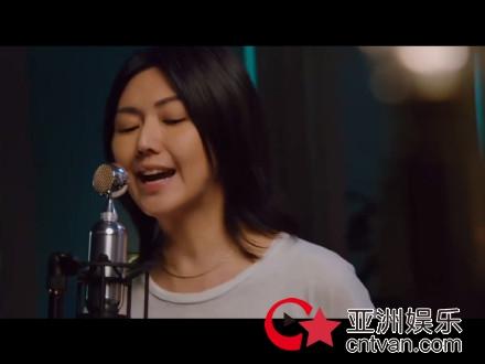 孙燕姿光脚唱逆光 庆出道20周年开线上演唱会