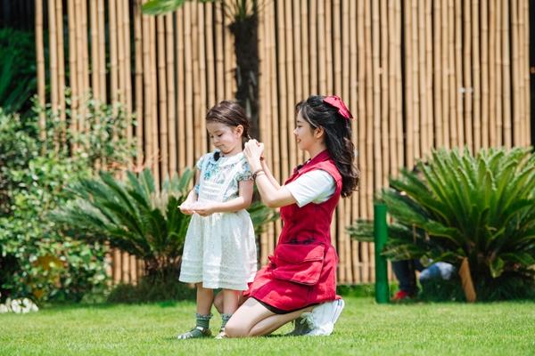 谭松韵着红色口袋工装裙带娃  性格超好成萌娃最爱