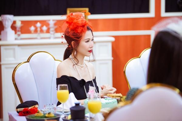 《妻子4》蔡少芬红色羽毛礼帽造型,红黑经典搭配性感满分
