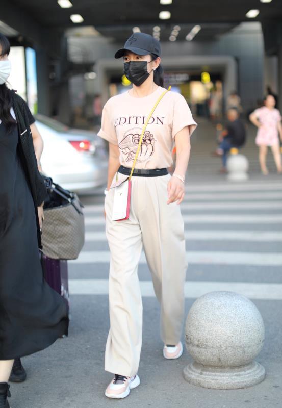 李冰冰素颜搭机又美又飒 穿阔腿裤背迷你包显高级时髦