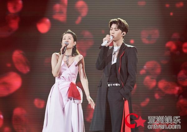 刘敏涛惊喜跨界主持首秀 破壁合作绝美《红玫瑰》