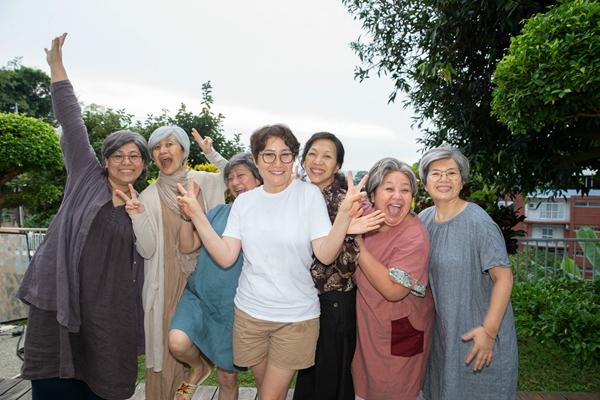 万芳《给妳们》MV幕前幕后十座金奖加持  七姐妹全员出演情比金坚