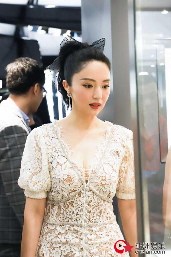 董璇穿蕾丝裙展迷人风情 梳高马尾戴蝴蝶结复古又甜美