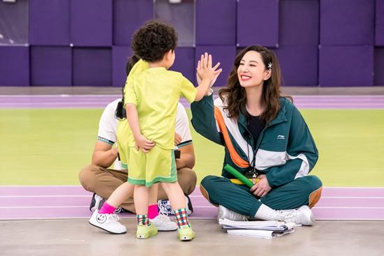 《小巨人运动会》郑希怡橙绿拼接运动套装抢眼 与萌娃互动全程姨母笑