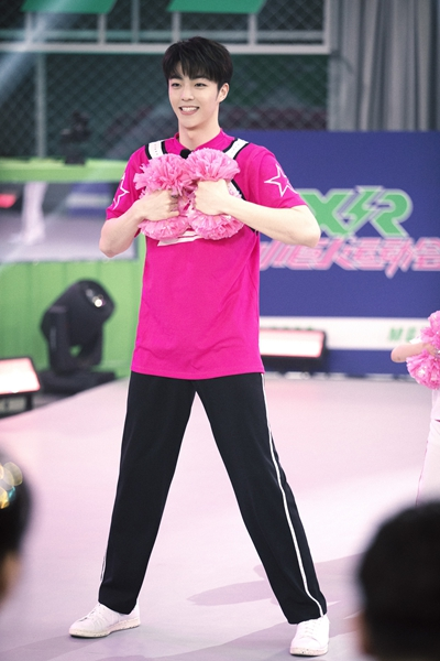 《小巨人运动会》陈立农粉色T恤清新俊朗 糖果系穿搭甜度满分