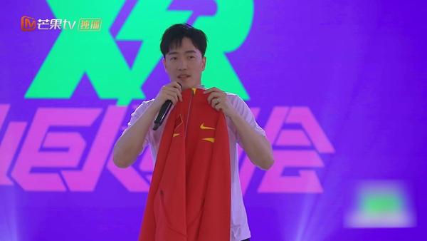 《小巨人运动会》刘翔拿战袍谈首次世锦赛,一袭红衣引回忆杀