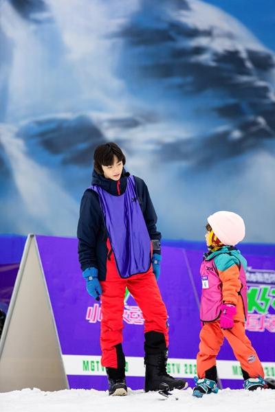 《小巨人运动会》陈立农汪苏泷滑雪初体验 笑容灿烂尽显少年感