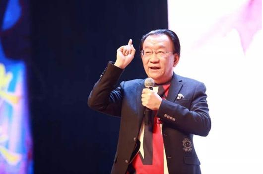 74岁侯耀华商演价格仅5万 舞台简陋仍满面笑容