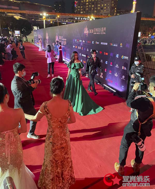 亚洲音乐盛典|青年歌唱家谢名绽放红毯,记者无视隔壁老樊潇洒走过