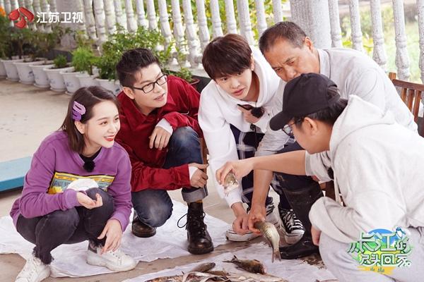 《从长江的尽头回家》邓莎学唱岳阳花鼓戏 廖佳琳、王新乔带来泥塘挖藕初体验