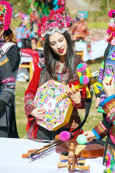 《希望的田野》黄圣依着彝绣服饰戴鸡冠帽 演奏彝族乐器明媚动人