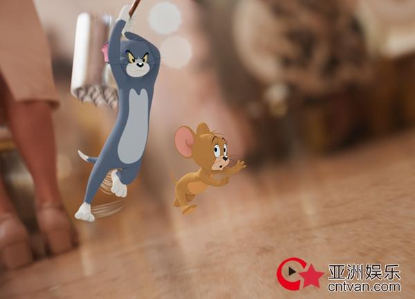 """《猫和老鼠》曝""""猫鼠追击""""电影片段及新海报 汤姆花式被虐全程高能"""