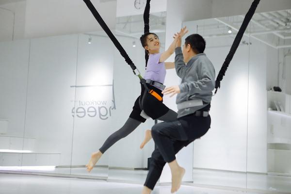 """黄圣依杨子""""空中芭蕾"""" 夫妻合体挑战室内蹦极"""