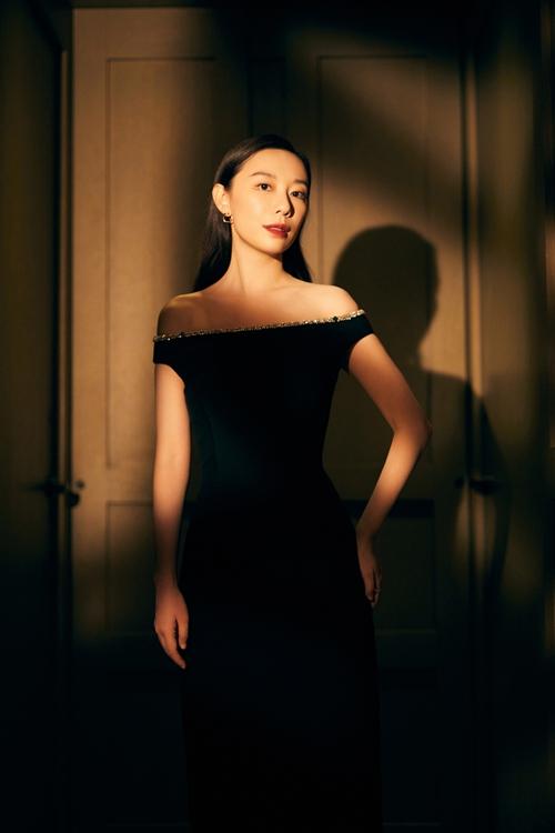 英泽黑色水晶礼服利落飒气 简约妆容尽显优雅气质