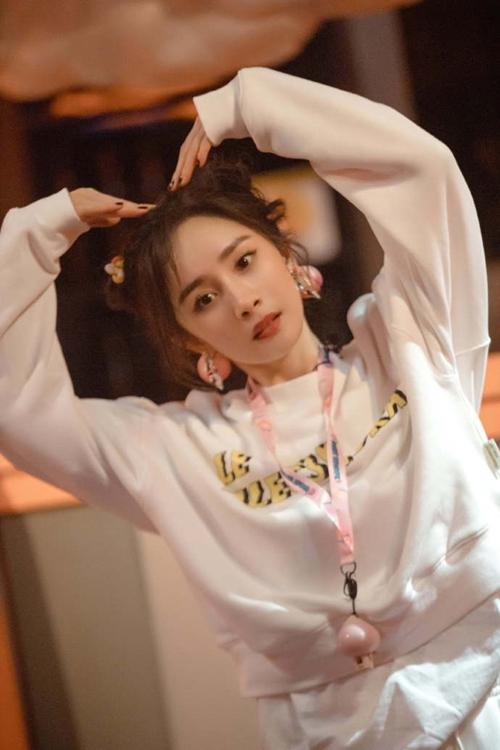 《密室大逃脱3》杨幂KTV唱跳《异想记》超可爱 黄明昊攀岩鼓励队友吴宇恒